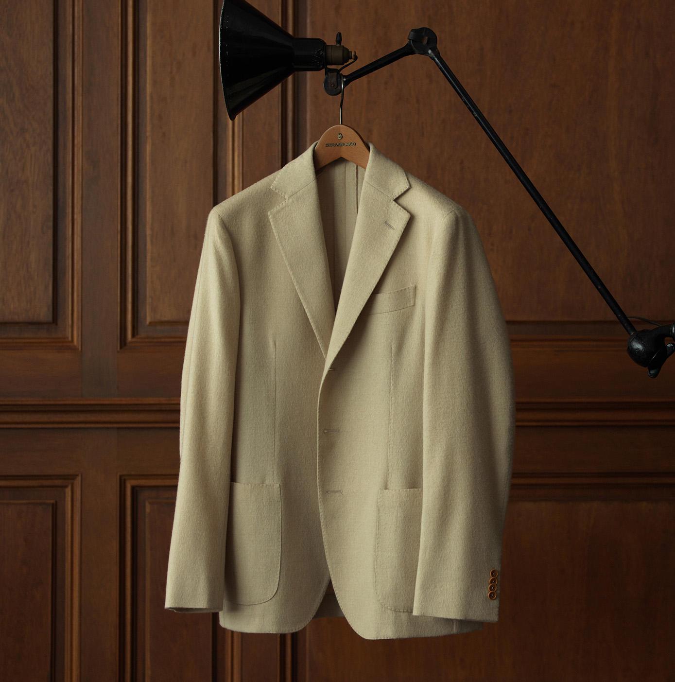 キャメルカラーの優雅なコートが男の心に潜む洒落心を呼び覚ます